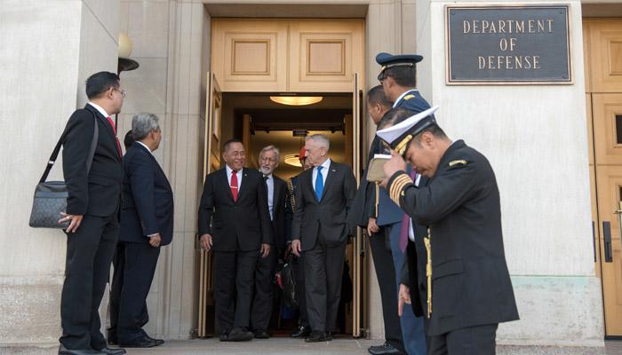 Ryamizard Ryacudu Bersama James N. Mattis Berjalan Beriringan Saat Keluar Dari Pentagon. (Foto Dok. DoD Oleh Army Sgt. Amber I. Smith)