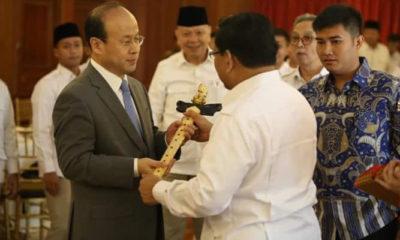 Capres Prabowo Subianto memberikan sebilah keris kepada Duta Besar China, Mr. Xiao Qian saat ke Hambalang. (Foto Dok. Istimewa)