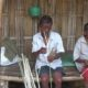 Mbah Usrek dan Mbah Towir Generasi Terakhir Anyaman Mbah Usrek Menembus Waktu. (FOTO: NUSANTARANEWS.CO/Dodik)