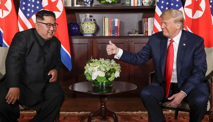 Presiden Amerika Serikat Donald Trump bersama Pemimpin Korea Utara Kim Jong-un. (FOTO: AP/Evan Vucci)