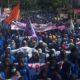 Ribuan Mahasiswa UIR Menggelar Aksi Demontrasi ke Gedung DPRD Riau (Foto Credit)