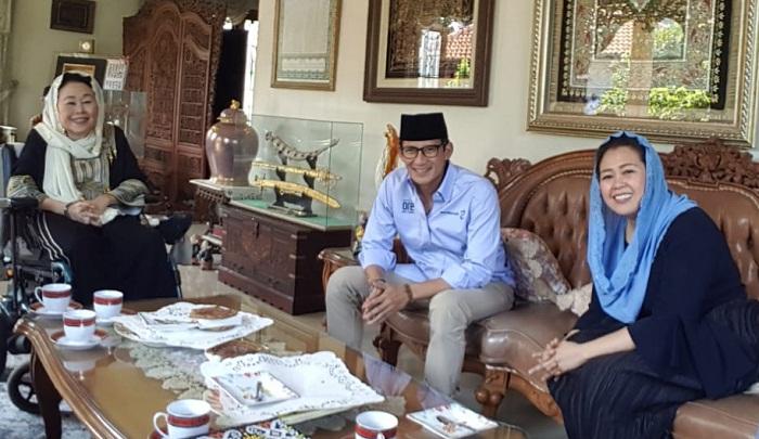 Sandiaga Uno (Tengah) saat bertemu istri Presiden RI ke-4 Abdurrahman Wahid (Gus Dur), Shinta Nuriyah Wahid, di kawasan Ciganjur, Jakarta Selatan, Senin (10/9/2018). (FOTO: Istimewa)