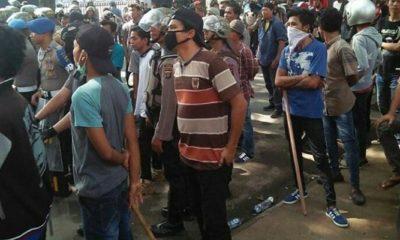 Sejumlah Mahasiswa Pendukung Jokowi di Medan Bersama Aparat Kepolisian Sebelum Demo Ricuh (Foto Istimewa)