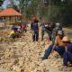 Kepalda Desa turut serta dalam Pembangunan Jalan di TMMD Pamekasan. (FOTO: NUSANTARANEWS.CO/Agung Prasetyo Budi)