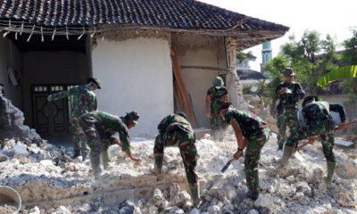Kedekatan TNI dan rakyat di Kepulauan Sapudi. (FOTO: NUSANTARANEWS.CO/Agung Prasetyo Budi)