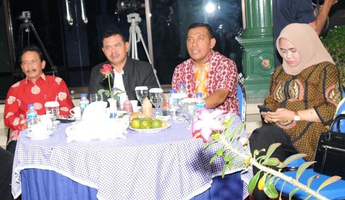 Komandan Korem (Danrem) 082/CPYJ, Kolonel Arm Budi Suwanto saat cangkruk bareng masyarakat bahas kondusifitas pileg dan pilpres 2019. (FOTO: NUSANTARANEWS.CO/Candra Yuniarti)