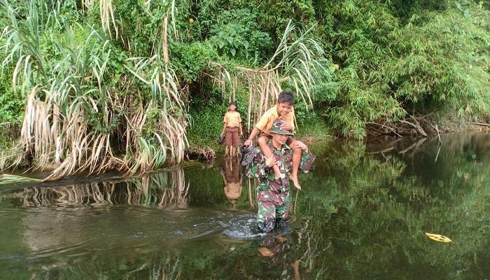Demi Cerdaskan Anak Perbatasan, Tiap Hari Harus Seberangi Sungai
