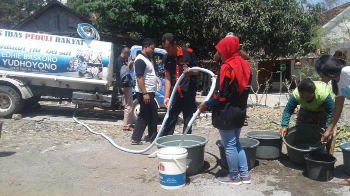 Bencana kekeringan melanda Ponorogo, Jawa Timur. Legislator Partai Demokrat yang saat ini menjadi anggota Komisi X DPR RI, Edhie Baskoro Yudhoyono (EBY) atau Ibas kirim air bersih ke beberapa desa. (FOTO: NUSANTARANEWS.CO/Muh Norcholis)