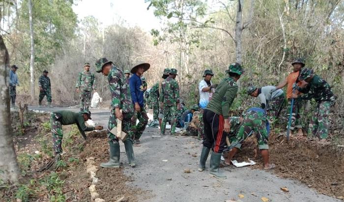 Pembangunan Gorong-Gorong Satgas TMMD bersama warga Durin Timur(FOTO: NUSANTARANEWS.CO/Istimewa)
