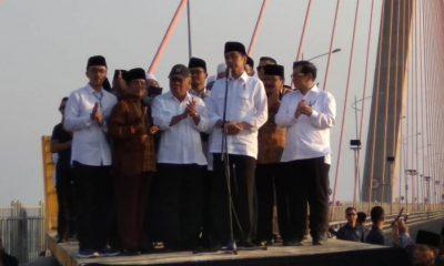 Gubernur Jawa Timur Soekarwo mendampingi kunjungan kerja Presiden RI Joko Widodo meresmikan jembatan non tol biasa Surabaya - Madura (Suramadu). Peresmian jembatan non tol tersebut dilakukan di atas jembatan utama Suramadu, pada Sabtu (27/10). (FOTO: NUSANTARANEWS.CO/Setya)