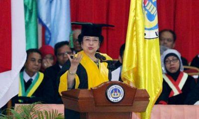 Ketua Umum PDI Perjuangan Megawati Soekarnoputri berpidato di acara penganugerahan Doctor Honoris Causa dirinya dari UNP. (FOTO: Istimewa)