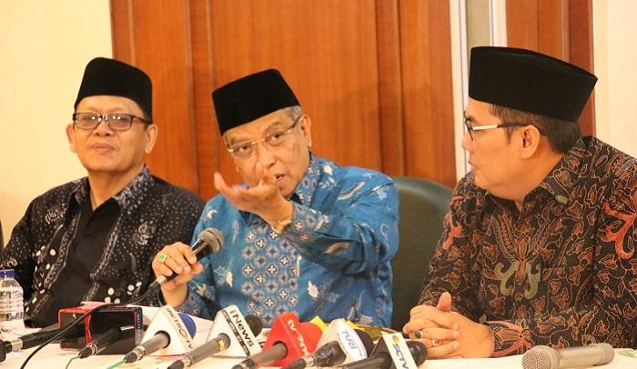 Ketua Umum Pengurus Besar Nahdlatul Ulama (PBNU), Said Aqil Siroj (tengah) didampingi Sekretaris Jenderal PBNU, Helmy Faishal Zaini (Kanan). (FOTO: Istimewa)