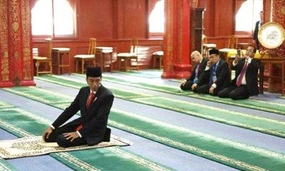 Joko Widodo (Jokowi) saat sholat di Masjid Niujie, Tiongkok, Minggu (14/5). (Foto: Biro Pers Setpres)