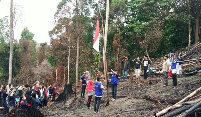 Pemuda-Pemudi Nunukan saat melakukan Upacara Sumpah Pemuda Di Hutan yang Terbakar. (FOTO: NUSANTARANEWS.CO/Eddy Santri)
