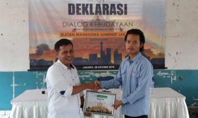 Penyerahan kenang-kenangan dari panitia acara Deklarasi IMSJ kepada salah satu narasumber, Sastrawan asal Madura, Mahwi Air Tawar. (FOTO: Dok. IMSJ/Hy)