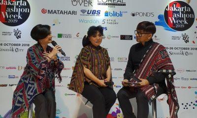 Head of Corporate Branding, Marketing and Communication Sequis Felicia Gunawan (kiri) berbincang bersama perancang busana kenamaan Indonesia, Anne Avantie (tengah) di acara Jakarta Fashion Week 2019. (FOTO: NUSANTARANEWS.CO/Istimewa)