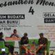 Simposium dan Bedah Buku bersama Pidi Baiq (Tengah) dan Ahmad Tohari (Kanan) di Acara Pesantrei Menulis 4. (FOTO: Syaiful Anam)