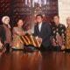 Executive Vice President Divisi Enterprise and Business Service Telkom Judi Achmadi (keempat dari kanan) berjabat tangan dengan Direktur Utama Bank Kesejahteraan Ekonomi (BKE) Sasmaya Tuhuleley (ketiga dari kiri) didampingi oleh Direktur IT BKE Zainal Riffandi (paling kiri), Direktur Bisnis BKE Joice Farida Rosandi (kedua dari kiri), General Manager Segment Banking Management Services-2 Divisi Enterprise Service Telkom Iwan Setiawan (ketiga dari kanan), Direktur Bisnis Infomedia Andang Ashari (kedua dari kanan), dan General Manager Payment Ecosystem Divisi Digital Service Telkom Zuhed Nur (paling kanan) usai penandatanganan Perjanjian Kerja Sama T-Money Co-Branding Paket Payment Application di Jakarta beberapa waktu yang lalu. (FOTO: NUSANTARANEWS.CO/Dok. Telkom)