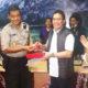 Direktur Utama Telkom Alex J. Sinaga (kedua dari kanan) secara simbolis memberikan bantuan TelkomGroup 1000 simcard simPati kepada Kabid TI Polda Sulteng AKBP M. Haritsuddin (kedua dari kiri) yang disaksikan oleh Menteri BUMN RI Rini M Soemarno (paling kanan) dan Direktur Network Telkomsel Bob Apriawan (paling kiri) di Integrated Operation Center (IOC) Kantor Wilayah Telkom Palu, Sulawesi Tengah, (3/10). Bantuan simcard simPati dari TelkomGroup ditujukan untuk membantu Polda dan relawan dalam berkomunikasi di wilayah terdampak gempa di Sulawesi Tengah. (Foto: Istimewa)