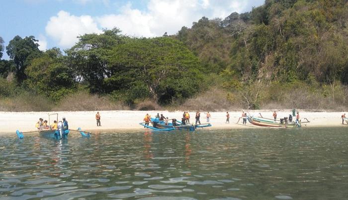 penyebrangan menuju Pulau Nuso Barong yang berada diwilayah Kecamatan Puger Koramil 082421 Puger Kabupaten Jember. (FOTO: NUSANTARANEWS.CO/Sis24)