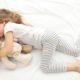 Anak-anak tidur dengan teddy bearnya. (FOTO: shutterstock)