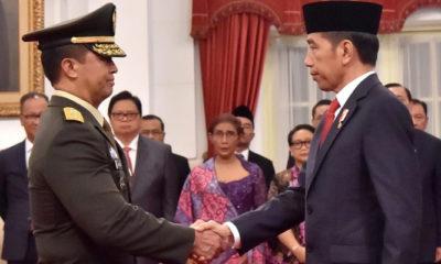 Andika Perkasa Berjabat Tangan Dengan Jokowi Usai Dilantik Sebagai KSAD Baru (Foto Dok. NUSANTARANEWS/Humas Istana Negara)