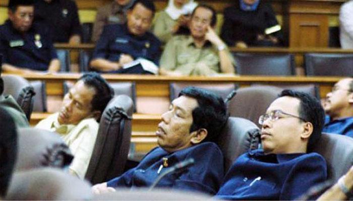 Anggota DPR sedang tidur saat rapat. (FOTO: Istimewa)