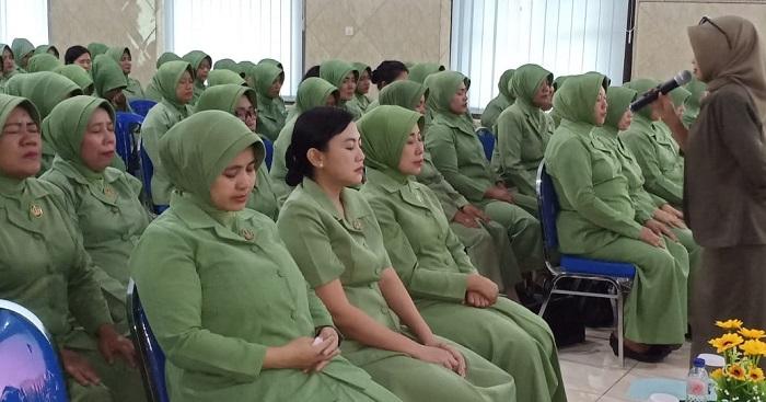 Ibu-Ibu Persit ratusan Pesit Koorcab Rem 82 PD VBrawijaya Dihimbau Mewaspadai Hoax. (FOTO: NUSANTARANEWS.CO/Penrem082/CPYJ)