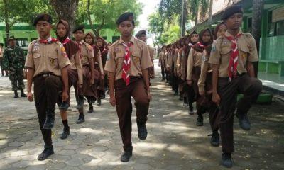 Babinsa Koramil 0803/10 Pilangkenceng Sertu Agus Suprianto memberikan pelatihan baris berbaris kepada pramuka anggota Saka wira kartika. (FOTO: NUSANTARANEWS.CO/mc0803)