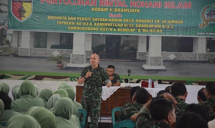 Kepala Bintal Kodam V/Brw (Ka Bintraldam V/Brw) Kolonel Caj Suwanan pada acara penyuluhan Pembinaan Mental (Bintal) Rohani Islam di Aula PB Sudirman Kodim 0824 Jember, Senin (26/11/2018). (FOTO: NUSANTARANEWS.CO/ Sis24)