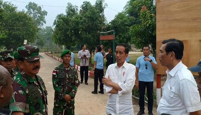 Presiden Joko Widodo didampingi Panglima TNI dan Menko Kemaritiman meninjau  lokasi yang akan dijadikan Pos Lintas Batas Negara (PLBN) RI dan PNG, Jumat (16/11). (Foto: Istimewa)
