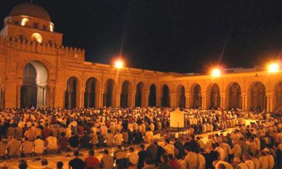 Umat muslim melaksanakan sholat di masjid