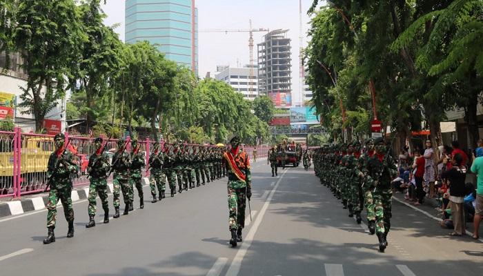 parade kolone senapan, prajurit tni, tni surabaya, warga kota surabaya, kota surabaya, karnaval hari pahlawan, raider 500 sikatan, nusantaranews, nusantara, nusantara news, nusantaranewsco, kota pahlawan, prajurit infanteri, parade kolone senjata