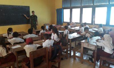 Pasiter Satgas Yonif 511/DY Kapten Inf Nur Wahid saat mengajar di SDN 01 Seluas Bengkayang, Kalbar, Perbatasan RI-Malaysia. (FOTO: Penrem81)