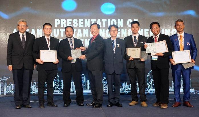 Karyawan Telkom dari start up binaan Arkademy Amoeba Alden Hariyanto Putra (ketiga dari kanan) serta karyawan Telkom dari Divisi Digital Service Telkom yakni David Gunawan (kedua dari kiri), Ibrahim Zein Abdillah (ketiga dari kiri) dan Bayu Dharmawan (kedua dari kiri) beserta AVP Sekretariat Direktorat Digital & Strategic Portfolio Telkom Suhartono (paling kanan) saat menerima Asean Enginering Award 2018 untuk kategori individu di Singapura (14/11). Penghargaan diserahkan oleh Chairman of The ASEAN Federation of Engineering Organisations (2018) Yeoh Lean Weng (Keempat dari kiri) serta disaksikan oleh Ketua Umum Persatuan Insinyur Indonesia (PII) Hermanto Dardak (paling kiri) dan Secretary General of The ASEAN Federation of Engineering Organisations Jeffrey Chiang Choong Luin (keempat dari kanan). (FOTO: NUSANTARANEWS.CO/Telkom)