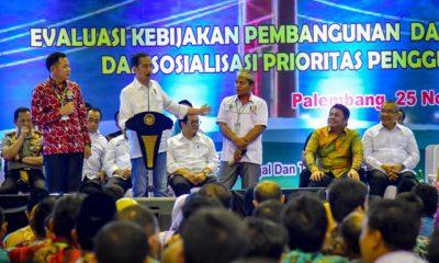 Presiden Jokowi berdialog dengan warga pada Evaluasi Kebijakan Pembangunan dan Pemberdayaan Masyarakat Desa dan Sosialisasi Prioritas Penggunaan Dana Desa Tahun 2019, di Palembang, Minggu (25/11) sore. (FOTO: Dok. Humas Setkab)