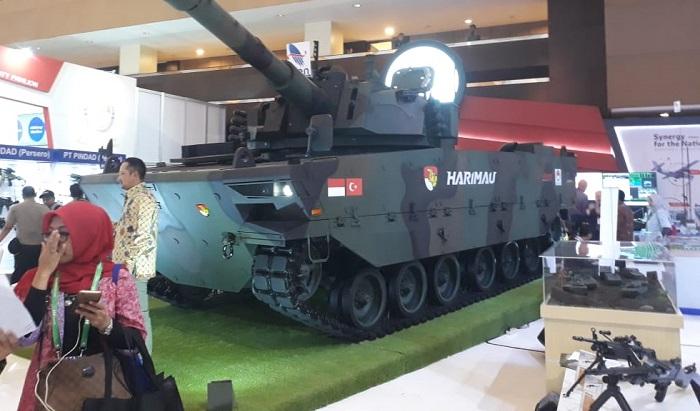 """Produk terbaru PT. Pindad Medium Tank Pindad Harima dipamerkian dalam pameran industri pertahanan """"Indo Defence 2018 Expo & Forum"""" di JIExpo Kemayoran, Jakarta. (FOTO: Dok. Kemhan)"""