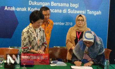 Kepala Subdit Kesehatan Usia Reproduksi Kementerian Kesehatan Republik Indonesia (RI) Dr. Lovely Daisy sedang menandatangai nota kesepahaman bersama Yayasan Sayangi Tunas Cilik Indonesia, Pfizer Indonesia, Direct Relief, dan Wahana Visi Indonesia. (FOTO: NUSANTARANEWS.CO/Achmad S)