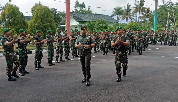 Komandan Korem (Danrem) 083/Baladhika Jaya, Kolonel Inf Bagus Suryadi Tayo kunjungan kerja ke Mako Yonif 527/BY. (FOTO: Prasetya)