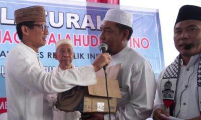 Calon Wakil Presiden (Cawapres) nomor urut 02 Sandiaga Salahuddin Uno terharu menerima sumbangan dari ulama di Medan, Sumut. (FOTO: DOk. Gerindra)