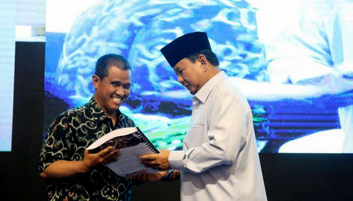 Capres nomor urut 02 Prabowo Subianto menyerahkan buku Paradoks Indonesia kepada Penyandang Disabilitas. (FOTO: Dok. Kompas)