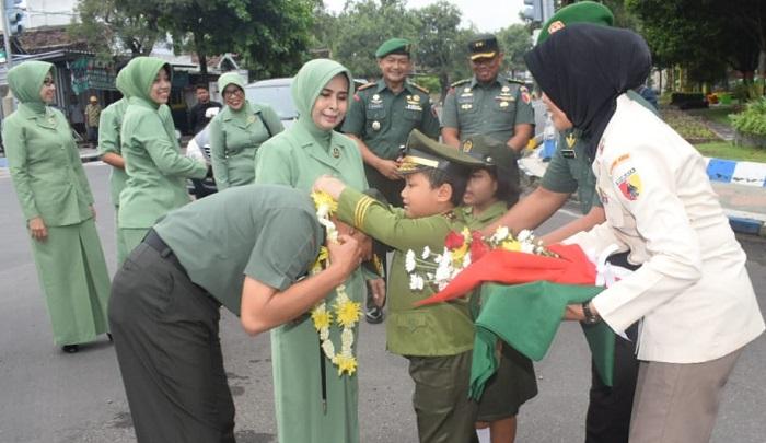 Cita-cita Jadi TNI, Tentara Cilik Ini Sambut Danrem 081 di Kodim Ngawi. (FOTO: Pen81)