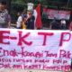 Puluhan massa Gerakan Mahasiswa Indonesia (GMI) melakukan aksi unjuk rasa dan longmarch di depan Gedung Kemendagri dan Istana Negara. (FOTO: NUSANTARANEWS.CO/ID)