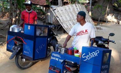 Dua karyawan melakukan persiapan pemberangkatan penjualan pentol keliling. (FOTO: NUSANTARANEWS.CO/Kafi Hidayat)