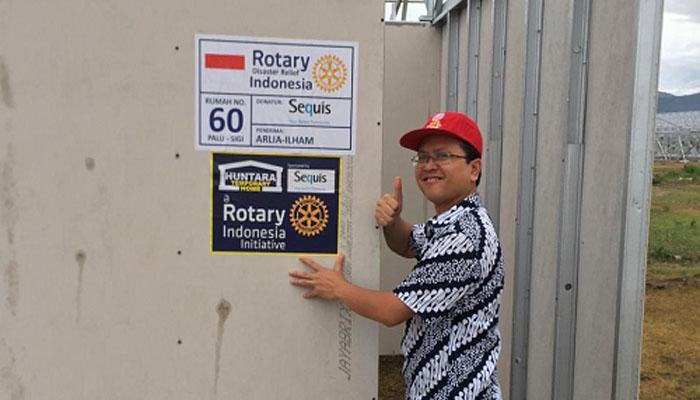 VP & Head of Life Operation PT Asuransi Jiwa Sequis Life Eko Sumurat berfoto di depan salah satu rumah hunian sementara (huntara) di Palu yang sedang dibangun. (FOTO: NUSANTARANEWS.CO/Sequis)