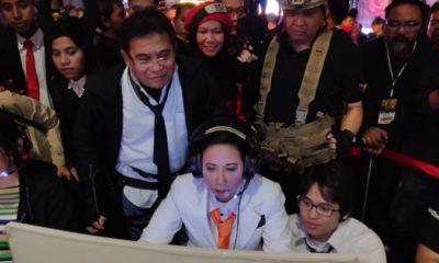 Menteri BUMN RI Rini M. Soemarno (tengah) didampingi oleh Direktur Utama Telkom Alex J. Sinaga (kiri), dan Direktur Consumer Service Telkom Siti Choiriana (tengah belakang) saat mencoba gim online di acara Spirit of Millennials Games Day di JI Expo Kemayoran Jakarta, Kamis (13/12). (FOTO: Humas Telkom)
