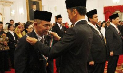 Goenawan Mohammad dikalungkan tanda kehormatan oleh Presiden Joko Widodo di Istana Presiden. (FOTO: Dok. Tempo)