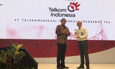 Direktur Utama Bursa Efek Indonesia Inarno Djajadi (kiri) dan VP Investor Relation Telkom Andi Setiawan saat penyerahan penghargaan IDX Appreciation kepada PT Telkom Indonesia Tbk (Telkom) sebagai Perusahaan Tercatat Saham Terbaik Kategori Kapitalisasi Pasar Di Atas Rp10 Triliun dalam acara IDX Appreciation yang diselenggarakan di tengah event tahunan CEO Networking 2018 di Jakarta Senin lalu (3/12). Penghargaan ini merupakan suatu tolok ukur yang menunjukkan bahwa pengelolaan bisnis dan keuangan Perseroan sudah dilakukan dengan baik dan memiliki standar yang tinggi. (FOTO: NUSANTARANEWS/Telkom)