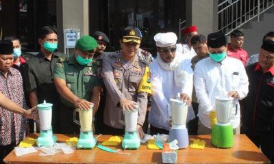 Kasdim Jember dampingi Kapolres Jember Musnahkan hasil Operasi Pekat. (FOTO: Dok. Pen0824/NN)