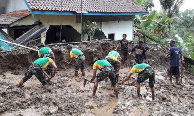 Kodim 0824 Bersama Yonif Raider 515/9/2 Kostrad Bantu Kegiatan Tanggap Darurat Penanggulangan Bencana Di Sumberbaru dan Kencong. (FOTO: Sis24)